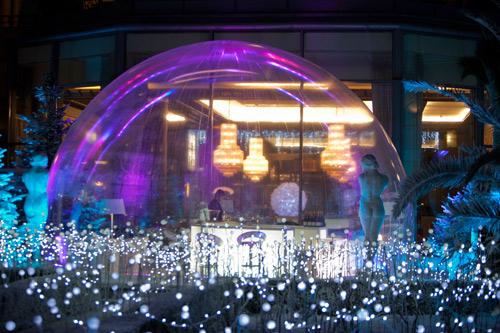 http://parisbouge.s3.amazonaws.com/news-upload/741/bubble-in-paris-hilton-01.jpg